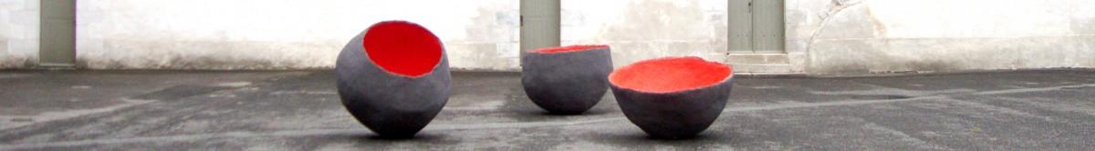 Trois sculptures en forme de bol plus ou moins ouverts sont posées sur un sol en enrobé gris. Elles sont grises à l'extérieur et d'un rouge très fort à l'intérieur. En fond d'image, le mur d'un des bâtiments du couvent des Jacobins, aux tons claires et aux fenêtres et portes vertes viennent terminer la composition de cette image. Il s'agit d'un cliché réalisé dans la cour du Musée de Morlaix lors de l'exposition de Guillaume Castel en 2008.