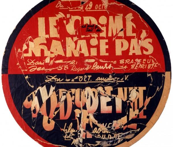 """Cette œuvre de Villeglé est un tondo, une oeuvre au format rond qui s'intitule """"Rue de Tolbiac, Le crime ne paie pas."""" Composé d'affiches collées les unes sur les autres et déchirées, l'œuvre est de couleurs rouge, noir et jaune. Les déchirures laissent apparaitre des morceaux de lettres et on peut deviner comme un message brouillé. """"Le crime ne paie pas"""" écrit en jaune sur fond rouge dans la moitié supérieure de ce rond est facilement lisible. Sur la moitié inférieure les morceaux de lettres jaunes, sur fond noir sont trop découpées pour permettre la lecture d'un quelconque message. Cette œuvre datant de 1962 appartient à un ensemble que l'artiste a réalisé entre 1949 et 1962 qu'il a nommé """"la lettre lacérée""""."""
