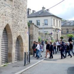Lors de la journée de visite du Musée de Morlaix, les architectes et leurs équipes se sont vus proposer une visite du bâtiment. Sur cette image le groupe est à l'extérieure des Jacobins, dans l'allée du Poan Ben. Les gens traversent l'allée pour entrer dans la petite cour a l'arrière du couvent.