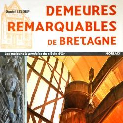 Détail de a couverture du livre de Daniel Leloup. En lettre majuscule orange, est inscrit le titre: Demeures Remarquables de Bretagne. Dans la partie basse, deux phoros montrent une partie de l'escalier à pondalez du 9 Grand'Rue et une satue